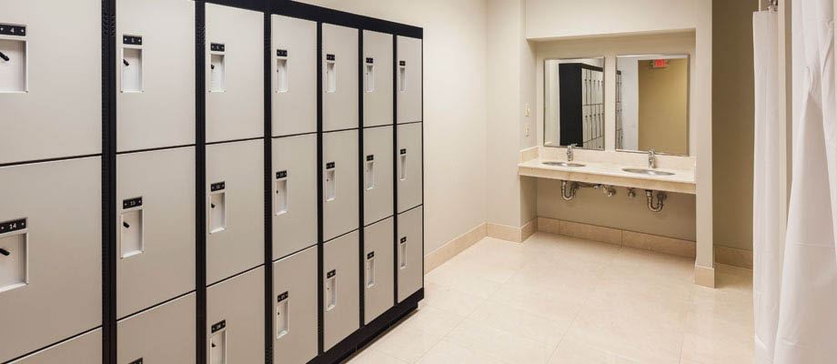 Men's and women's locker rooms : Ample locker space and shower stalls
